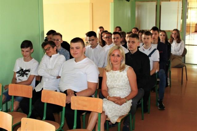 Uroczyste zakończenie roku w Szkole Podstawowej numer 4 w Jędrzejowie. Ósmoklasiści pożegnali mury placówki.