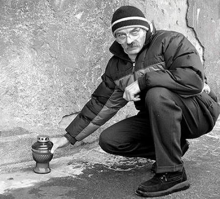 Stanisław Zych często zapala znicze w miejscu,  w którym znaleziono ciało jego syna.