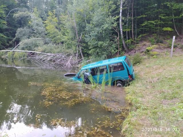 W poniedziałek strażacy mieli pracowite popołudnie. Auto zatonęło w jeziorze Ciche, odpłynęło od brzegu i ulokowało się pomiędzy palami.