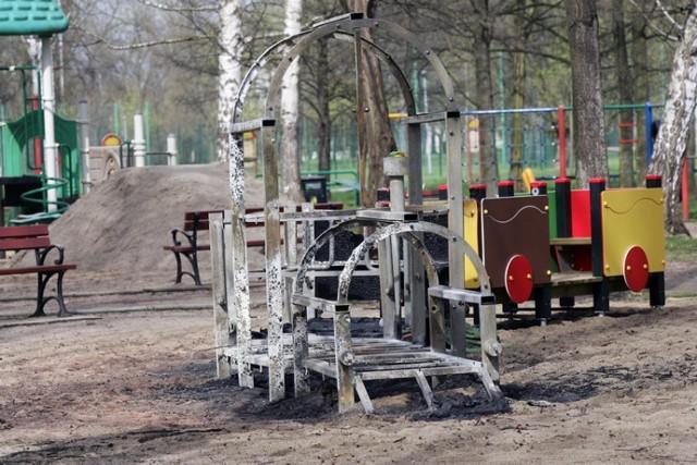 Chuligani spalili pociąg na placu zabaw w legnickim parku
