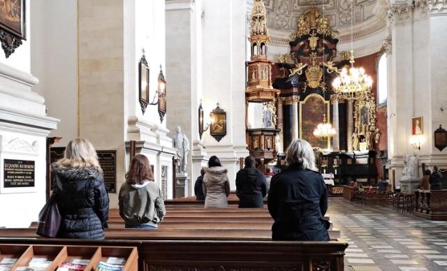 Jak przestrzegać - jeszcze ostrzejszych od soboty - rygorów sanitarnych związanych z trzecią falą epidemii? Parafia w Polsce wpadła na prosty, a skuteczny pomysł. Rozdaje wejściówki na msze!   WIĘCEJ NA KOLEJNYCH STRONACH>>>