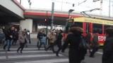 Kraków. Czekają przez czerwone i spóźniają się na tramwaj