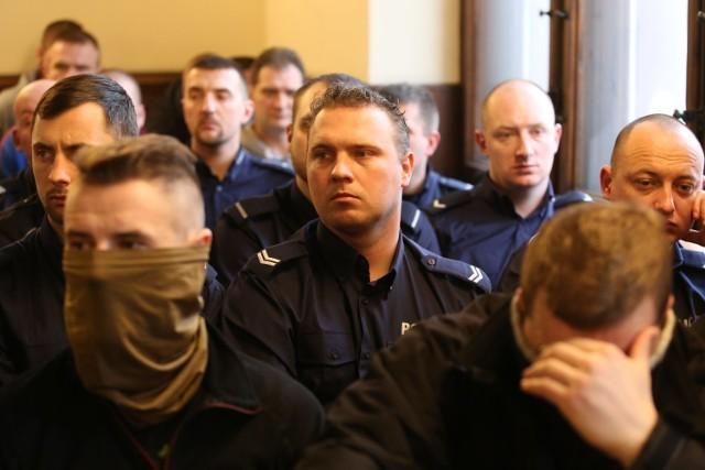 Rozprawa antyterrorystów w Katowicach: W sądzie w Katowicach zjawili się policjanci z całego kraju, którzy wspierają oskarżonych antyterrorystów
