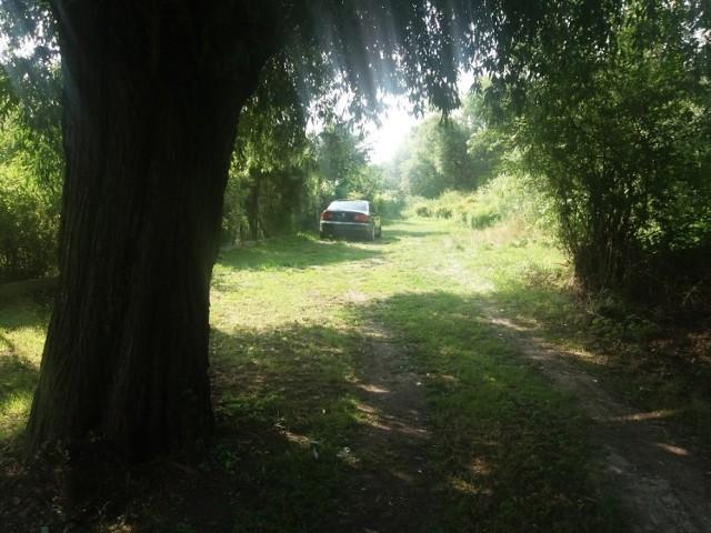 Tajemnicze auto bez tablic rejestracyjnych stało przy ogrodach działowych.