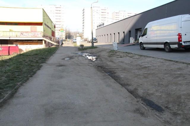 Między Biedronką a halą targową miała powstać droga i miejsca parkingowe. Na razie jest błoto