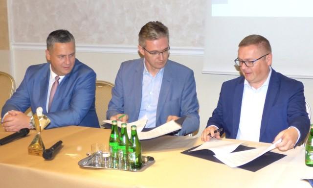 Umowę w sprawie dofinansowania rozbudowy szpitala Krystyna podpisali (siedzą od prawej): prezes buskiej spółki uzdrowiskowej Wojciech Legawiec i marszałek województwa Adam Jarubas, w towarzystwie dyrektora szpitala Grzegorza Gałuszki.