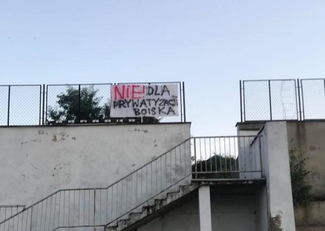 Społeczność Restart Labu w Koninie nie chce sprzedaży przyległego do obiektu boiska