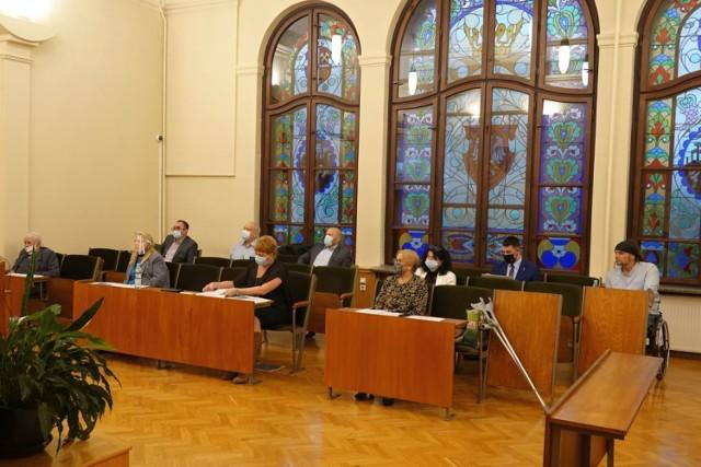 Sesja odbyła się w systemie hybrydowym – 16 radnych było w sali sesyjnej, a 5 radnych łączyło się za pomocą wideokonferencji