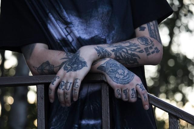 Zobacz ranking najlepszych salonów tatuażu w Poznaniu. Przedstawiamy 14 tatuażystów polecanych przez poznaniaków. Ranking stworzyliśmy według opinii internautów w wyszukiwarce Google. Jako kryterium przyjęliśmy ocenę od 4,5 wzwyż i minimum 100 opinii. TOP 14 przedstawia stan na 17 sierpnia 2021 roku.   Przejdź do kolejnego zdjęcia --->
