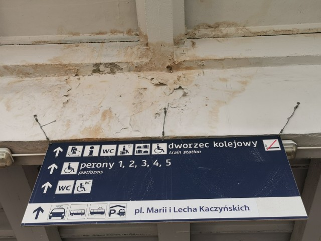 Tablica nad zejściem do tunelu, wiodącego na perony. Coś przecieka