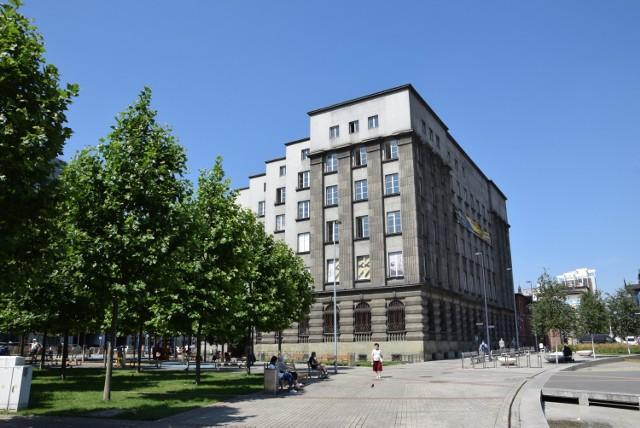Ruszył remont elewacji dawnej siedziby ING przy rynku w Katowicach. To charakterystyczny gmach ze skośną fasadą