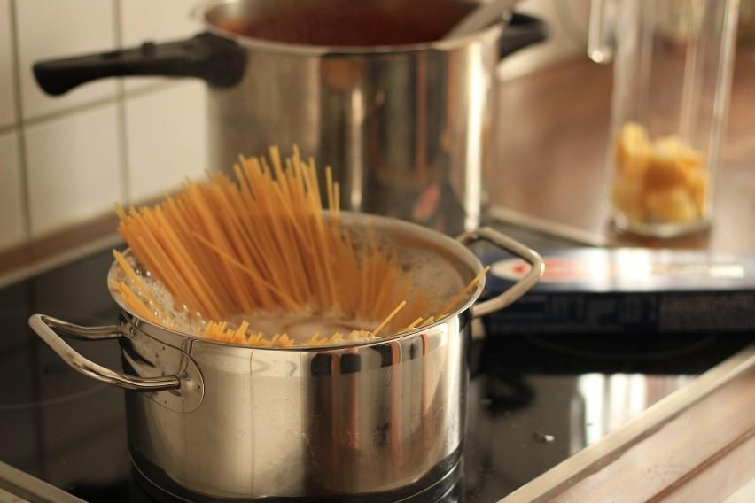 """Woda po gotowaniu makaronu to """"tajny składnik"""" wielu..."""