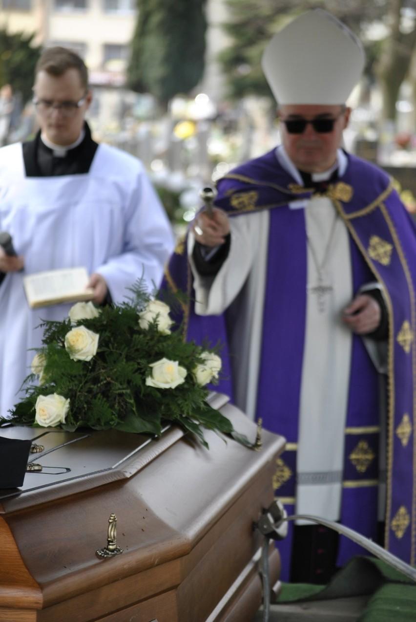 Ostatnia droga i pożegnanie ks. Jana Robakowskiego na cmentarzu w Krotoszynie