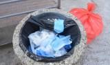 Zużyte maseczki i rękawiczki wrzucaj zawsze do pojemników na odpady