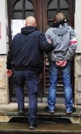 Policjanci zatrzymali mężczyznę, który sprzedawał narkotyki dzieciom