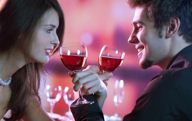 """Naukowcy obalają mit o """"bezpiecznym piciu"""". Eksperci potwierdzają, że nawet niewielkie dawki alkoholu, które spożywamy regularnie, mogą narażać nas na choroby nowotworowe."""