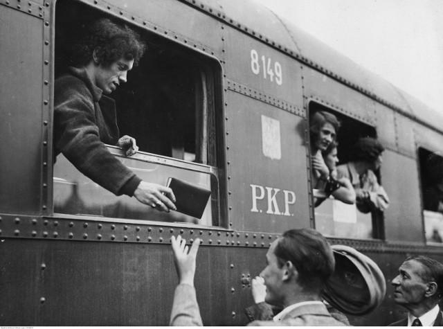 Wagony pierwszej klasy, ekskluzywne wagony restauracyjne, przedziały sypialne - te wszystkie udogodnienia były dostępne podróżnych w Polsce jeszcze przed II wojną światową. Dzięki archiwalnym zdjęciom możemy cofnąć się w czasie i zobaczyć, jak przed laty wyglądały podróże koleją po Polsce.  Prezentowane fotografie pochodzą ze zbiorów Narodowego Archiwum Cyfrowego. Obejmują one m. in. okres międzywojenny. Na zdjęciach widać na przykład wagony pierwszej klasy i wagony restauracyjne. Ich wykonanie i przepych budzą podziw nawet dzisiaj. Obecnie takich wagonów już się nie robi, ich wykonanie byłoby zbyt czasochłonne i zbyt kosztowne.   Fotografie przedstawiają też wagony o specjalnym przeznaczeniu, jak na przykład wagon szpitalny, czy pocztowy.  W zbiorach Narodowego Archiwum Cyfrowego znajdują się też zdjęcia z okresu PRL-u. Dzięki nim możemy sobie przypomnieć jak w latach 80. wyglądały podróże koleją po naszym kraju. Widać na nich charakterystyczne, wycofane już z obiegu wagony oraz tłumy podróżnych, którzy korzystali wówczas z tego środka transportu.  Zobacz zdjęcia >>>  Zobacz też wideo: Premiera Pesa Dart na Międzynarodowych Targach Kolejowych w Gdańsku