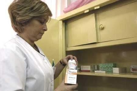 Alfreda Trzeszczyńska sprawdza zapasy antybiotyków w dąbrowskim szpitalu.