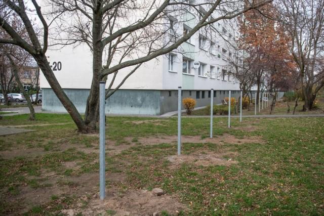 Budowany przez Szkołę Podstawową numer 51 płot powstaje zaledwie kilka metrów od bloku na osiedlu Lecha. Mieszkańcy są oburzeni.