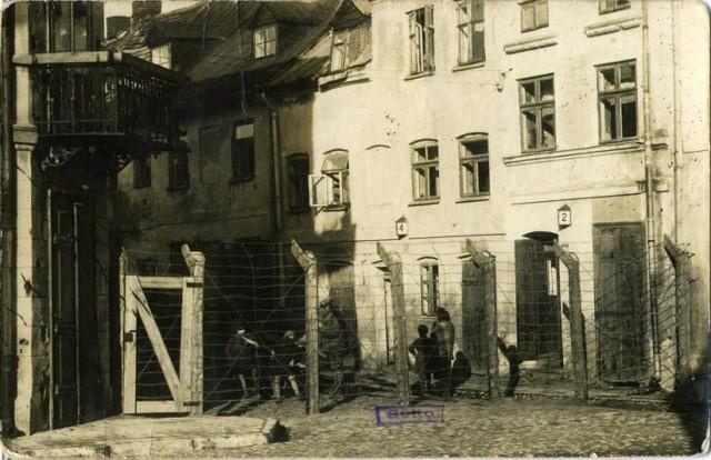 Wejście do getta na skrzyżowaniu ulic Kaliskiej i Żydowskiej - 1941 rok.