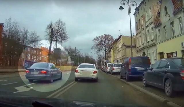Kierowca pirat wyprzedza pasem do skrętu w lewo (dla aut jadących z przeciwka), dalej kontynuuje manewr powierzchnią wyłączoną