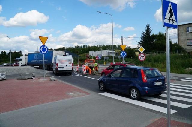 Przebudowa ulicy Gdyńskiej od granic Poznania do zjazdu do Centralnej Oczyszczalni Ścieków oraz Poznańskiej na odcinku od Piaskowej do Gdyńskiej – obie inwestycje prowadzone na terenie miejscowości Koziegłowy - są na finiszu.  Przejdź do następnego zdjęcia ------>