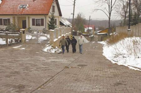 """W tym roku, Daniel Sroga, Tomek Grabeus, Konrad Kępski i Michał Warwas, mimo brzydkiej pogody, mogą wreszcie """"suchą nogą"""" przejść po ulicy Zamkowej."""