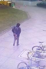 Ten bandyta napada kobiety we Wrocławiu. Ma kij bejsbolowy. Gdzie już zaatakował?