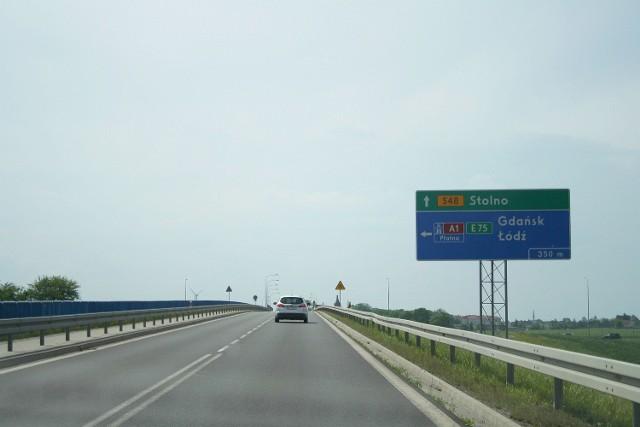 Jedyny gładki odcinek między Stolnem a Wąbrzeźnem jest nad autostradą w Lisewie