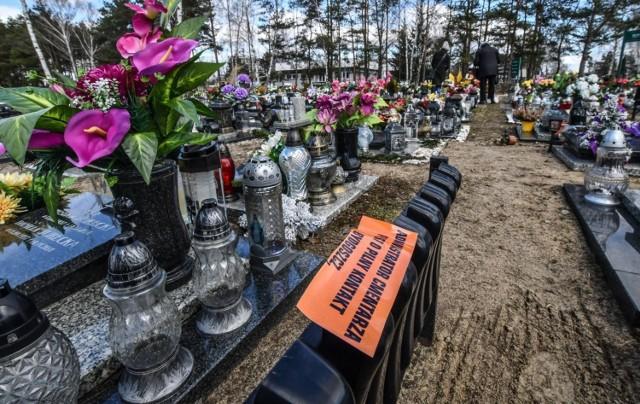 Na cmentarzu przy ul. Wiślanej w Bydgoszczy przy grobach urnowych znajdujących się przy głównej alejce pojawiło się wiele naklejek przy grobach z prośbą o pilny kontakt z zarządcą cmentarza.