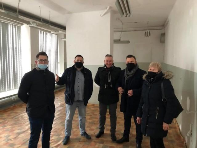 Kwietniowe spotkanie radnych Regii Civitas z przedstawicielami Fundacji Wolne Miejsce z Katowic w lokalu przy ul. Sportowej w Przemyślu, w którym miał powstać sklep socjalny.