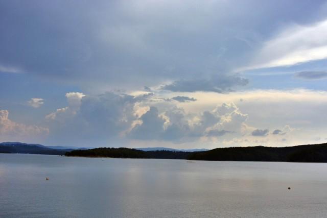 Widok z zapory w Solinie w kierunku Polańczyka.