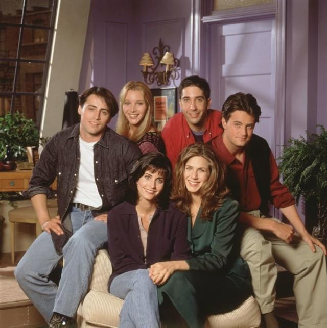 """Gdy nadchodzą święta i w telewizji jest pełno typowych filmów świątecznych, my proponujemy mały maraton z """"Przyjaciółmi"""". W prawie każdym sezonie, mamy okazję zobaczyć odcinek świąteczny. I to nie byle jaki! Święta z serialem """"Przyjaciele"""" to duża dawka śmiechu, ale i wzruszenia.   Nowe filmy na święta. Co obejrzeć w święta, gdy już masz dość filmu """"Kevin sam w domu""""? >>  GWIAZDY O ŚWIĘTACH BOŻEGO NARDOZENIA   MIAUCZAT: Gwiazda """"Rodzinki.pl"""" WIKTORIA GĄSIEWSKA"""