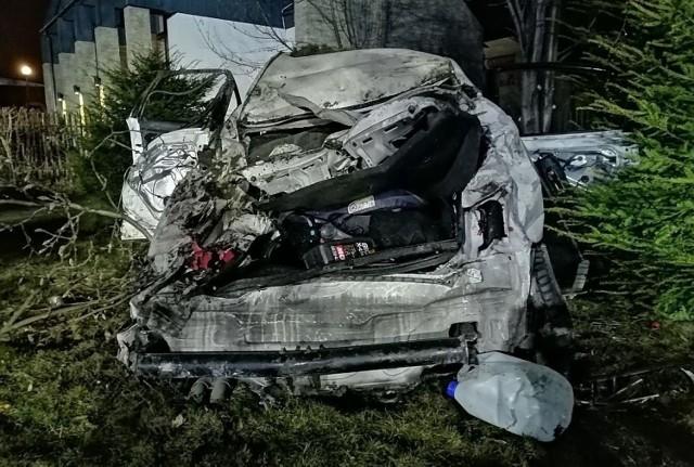 Na miejscu wypadku pojawiła się straż pożarna, karetka pogotowia i policja. Trzy osoby zostały poszkodowane