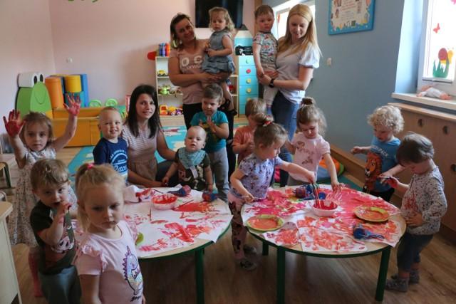 Dzieci w Klubie Dziecięcym w Bobrownikach nie mają czasu tęsknić za rodzicami, dzień spędzają aktywnie.