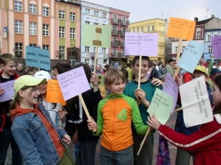 Uczniowie wraz z transparentami przemaszerowali ulicami Starego Rynku.