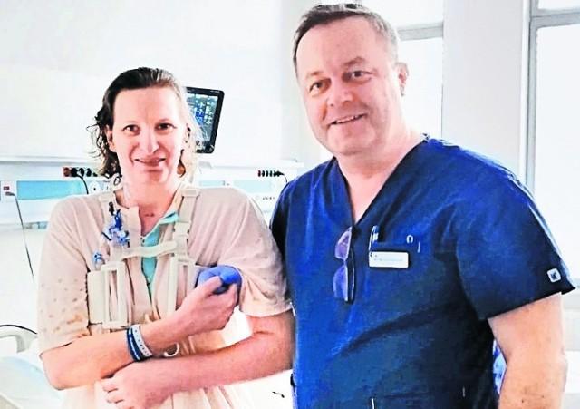 Pani Sylwia z Chorzowa jest już po przeszczepie serca. Przy niej szef rehabilitacji Mariusz Stachowiak. Narządy od dawców są  bezcenne