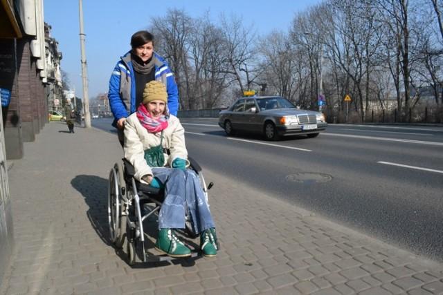 Sylwia Juraszek z Bielska-Białej od listopada 2013 roku korzysta z Centrum Asystentury Społecznej. Asystuje jej Anna Grulich. Dzięki niej Sylwia może wyjść na miasto, do teatru lub na zakupy