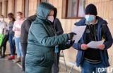 Ogromne kolejki ludzi po szczepionkę na COVID pod Urzędem Wojewódzkim w Opolu [zdjęcia]