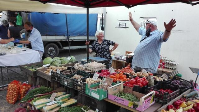 Ceny warzyw na targowisku w Dąbrowie Górniczej  Zobacz kolejne zdjęcia. Przesuwaj zdjęcia w prawo - naciśnij strzałkę lub przycisk NASTĘPNE