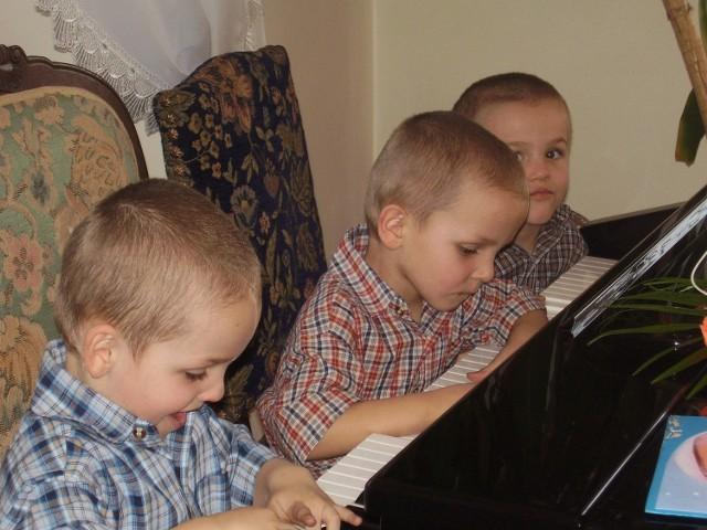 Jan, Paweł i Karol, trojaczki z Wiśnicza, mają już pięć lat.