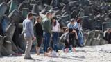 Spacer na plaży w Mielnie. Słoneczna pogoda przyciągnęła mieszkańców [zdjęcia]