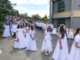 Tłum wiernych na procesji Bożego Ciała w kościele pw. Wniebowzięcia Najświętszej Maryi Panny w Rzeszowie - Zalesiu