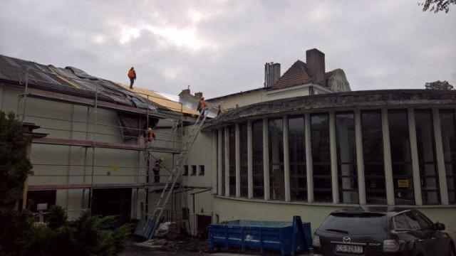 Robotnicy z grudziądzkiej firmy pracują w Chełmnie także w soboty, aby zdążyć z wymianą dachu przed zimą