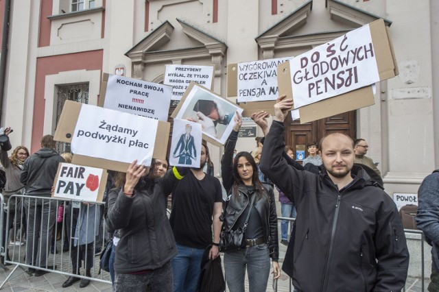 Protest pracowniczek i pracowników Urzędu Miasta Poznania. Porozumienie w sprawie podwyżek zostało podpisane bez uwzględnienia ich postulatów.   Zobacz zdjęcia z protestu --->
