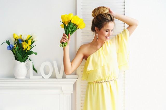 Sukienki na wesele zwłaszcza latem są bardzo poszukiwane. W końcu ślub to doniosła uroczystość i ani na nim, ani na weselu nie wypada pojawić się ubranym byle jak. Jak jednak wypada się ubrać? Jakie sukienki weselne będą odpowiednie do naszego wieku czy sylwetki? Co jest teraz modne? Jeśli szukasz sukienki na wesele, ale kompletnie nie masz pomysłu na to, jak miałaby wyglądać, zobacz w naszej galerii propozycje, jak ubrać się na wesele.