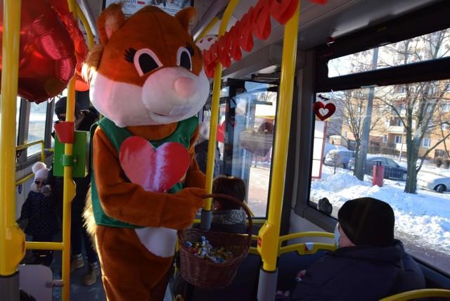 W Inowrocławiu do niedzieli 14 lutego jeździć będzie specjalny, walentynkowy autobus, w którym słodyczami częstuje pasażerów WiewiórINKA. Ponadto z okazji Święta Zakochanych odbędzie się koncert Kobranocki, gra miejska i internetowy recital Katarzyny Dmoch