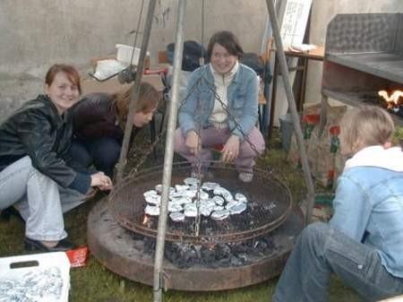 Amatorzy dań z grilla mogli posilić się pyszną kiełbaską serwowaną przez uczennice kl. IV j (od lewej): Dorota Ginter, Dorota Babut, Izabella Ruhnke i Alicja Gołębiewska. Fot. Monika Smól