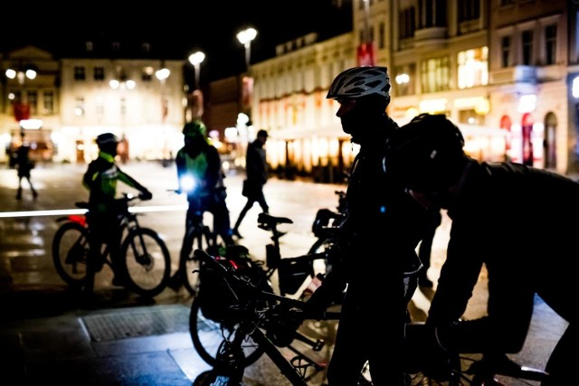 Na Starym Rynku Bydgoska Masa Krytyczna świętowała swoje 16. urodziny. Rowerzyści w jeden piątek w miesiącu spotykają się, by wspólnie przejechać ulicami miasta.   Celem zapoczątkowania inicjatywy były, między innymi, walka o lepszą infrastrukturę rowerową, chęć promowania roweru jako środka transportu oraz zamanifestowanie obecność rowerzystów w ruchu drogowym.   Dzisiejsze spotkanie było okazją do podsumowania celów, które udało się zrealizować od 2004 r.   Dla uczestników przygotowano także tort urodzinowy.