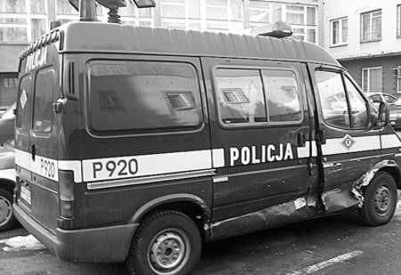 Sobotni wypadek kosztował policję zdrowie dwóch ludzi oraz strzaskany radiowóz.